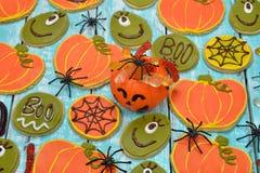 Lustige Plätzchen und Spinnen für Halloween Stockbild
