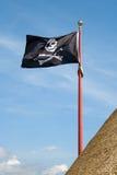 Piratenflagge mit einem Totenkopf mit gekreuzter Knochen Lizenzfreie Stockfotos