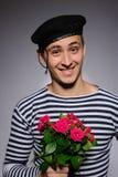Lustige romantische Seemanmannholding stieg Lizenzfreie Stockbilder