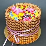 Lustige rosa Ferkel in einem Pool des Süßigkeitsgeburtstagskuchens Lizenzfreie Stockfotografie