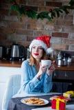 Lustige Santa Claus haben eine Freude Stockfotos