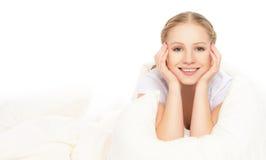 Lustige schöne junge blonde Frau unter der Decke Lizenzfreie Stockfotos