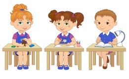 Lustige Schüler sitzen auf Schreibtische gelesener Lehm-Karikaturillustration des abgehobenen Betrages lizenzfreie abbildung