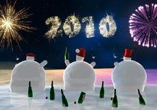 Lustige Schneemänner trinken Lizenzfreie Stockfotos