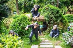 Lustige Skulpturen von schwarzen Affen im Park Lizenzfreies Stockfoto
