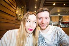 Lustige spielerische junge Paare, die dummes Gesicht machen Lizenzfreie Stockfotografie