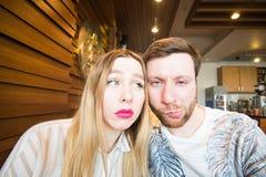 Lustige spielerische junge Paare, die dummes Gesicht machen Lizenzfreies Stockfoto
