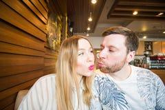 Lustige spielerische junge Paare, die dummes Gesicht machen Stockfoto