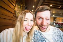 Lustige spielerische junge Paare, die dummes Gesicht machen Lizenzfreie Stockbilder