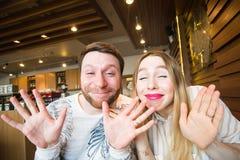 Lustige spielerische junge Paare, die dummes Gesicht machen Lizenzfreies Stockbild