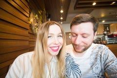 Lustige spielerische junge Paare, die dummes Gesicht machen Stockfotografie