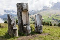 Lustige Stühle in den Alpen Stockfotografie