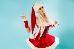 Lustige Tänzerin in der Weihnachtsausstattung Rote Sankt-Klage mit Haube Lizenzfreie Stockbilder