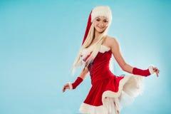 Lustige Tänzerin in der Weihnachtsausstattung Rote Sankt-Klage mit Haube Stockfoto