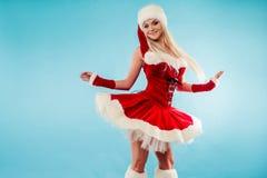 Lustige Tänzerin in der Weihnachtsausstattung Rote Sankt-Klage mit Haube Stockfotografie