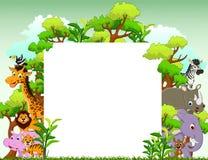 Lustige Tierkarikatur mit leerem Zeichen und tropischem Waldhintergrund Lizenzfreies Stockfoto