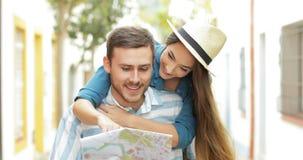 Lustige Touristen, die Karte überprüfend scherzen und laufen stock video footage