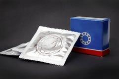 Lustige ungewöhnliche industrielle Humorkugellager in der Kondomart stockbild