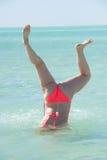 Lustige Unterwasserhandstandbikinifrau Stockbild