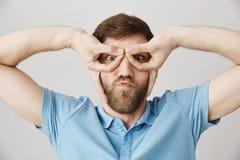 Lustige Vaterversuche, zum des Schlägers zu zeigen Porträt des kindischen emotionalen reifen kaukasischen Mannes, der Schutzbrill Lizenzfreies Stockfoto