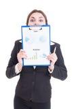 Lustige Verkaufsfrau, die Klemmbrett mit Finanzdiagrammen hält Lizenzfreie Stockbilder
