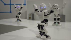 Lustige weiße Tanzenroboter stock video