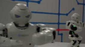 Lustige weiße Tanzenroboter stock video footage