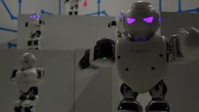 Lustige weiße Tanzenroboter stock footage