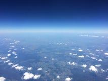 Lustige Wolken mit Horizont und Lichtern lizenzfreie stockbilder