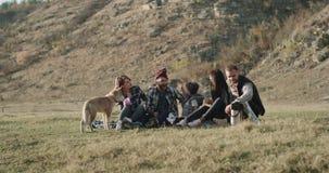Lustige Zeit, die zusammen Familie zwei am Picknick ein Spielen des kleinen Jungen lustig mit seinem Vati und cutie wenig heisere stock video