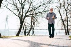 Lustiger älterer Mann, der in Park geht stockfotos