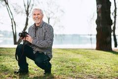 Lustiger älterer Mann, der sich vorbereitet zu schießen lizenzfreies stockfoto