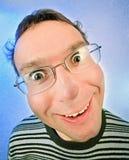 Lustiger überraschter Mann im Glasportrait Stockfotografie
