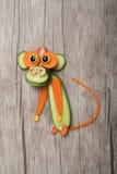 Lustiger Affe gemacht von der Gurke und von der Karotte Lizenzfreies Stockbild