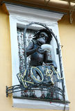 Lustiger Affe mit Kappe des Kaffees verzierte Fenster im Café Lizenzfreies Stockbild