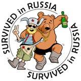 Lustiger Aufkleber: ` Überlebt in Russland-` Betrunkener Tourist mit freundlichem russischem Bären Stockfotos