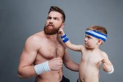 Lustiger bärtiger Vati und sein Sohn Fighting stockbild