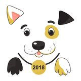 Lustiger beschmutzter gelber Hund in einem Kragen mit einer Medaille Symbol des Chinesischen Neujahrsfests 2018 Lizenzfreie Stockfotografie