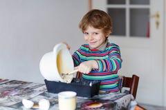 Lustiger blonder Kinderjungen-Backenkuchen zuhause Lizenzfreie Stockbilder