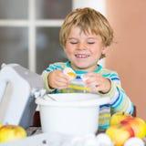 Lustiger blonder Kinderjungenbacken-Apfelkuchen zuhause Lizenzfreie Stockbilder