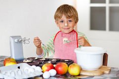 Lustiger blonder Kinderjungenbacken-Apfelkuchen zuhause Lizenzfreies Stockfoto
