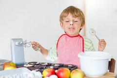 Lustiger blonder Kinderjungenbacken-Apfelkuchen zuhause Lizenzfreie Stockfotos