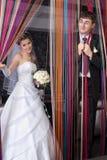 Lustiger Bräutigam und lächelnde Braut lizenzfreies stockbild