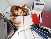Lustiger Buchhalter auf Arbeitsplatz unter Dokumenten Stockfotografie