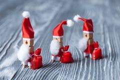 Lustiger Charakter Santa Claus des fröhlichen Weihnachtspostkarten-Designs Gehende Sankt mit roten Taschen von Geschenken Weichze Stockfotos