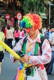 Lustiger Clown mit Ballon Stockfotografie