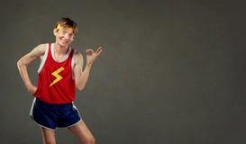 Lustiger dünner Mann in der Sportkleidung zeigt sein Hando.k. Stockbilder
