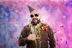 Lustiger dicker Mann mit Parteihut und Glas Champagner lizenzfreies stockfoto
