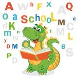 Lustiger Dinosaurier lernen, Buch und farbige Buchstaben auf einem weißen Hintergrund zu lesen Lizenzfreie Stockbilder