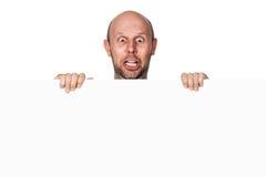 Lustiger dummer entsetzter Mann, der Zeichen hält Stockfotografie